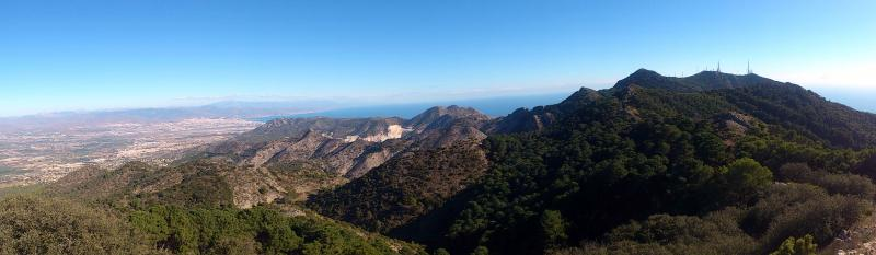 Imagen de GR 249. Stage 33. Mijas - Benalmádena. The bay of Málaga and the town, with pines and quarries in the forefront