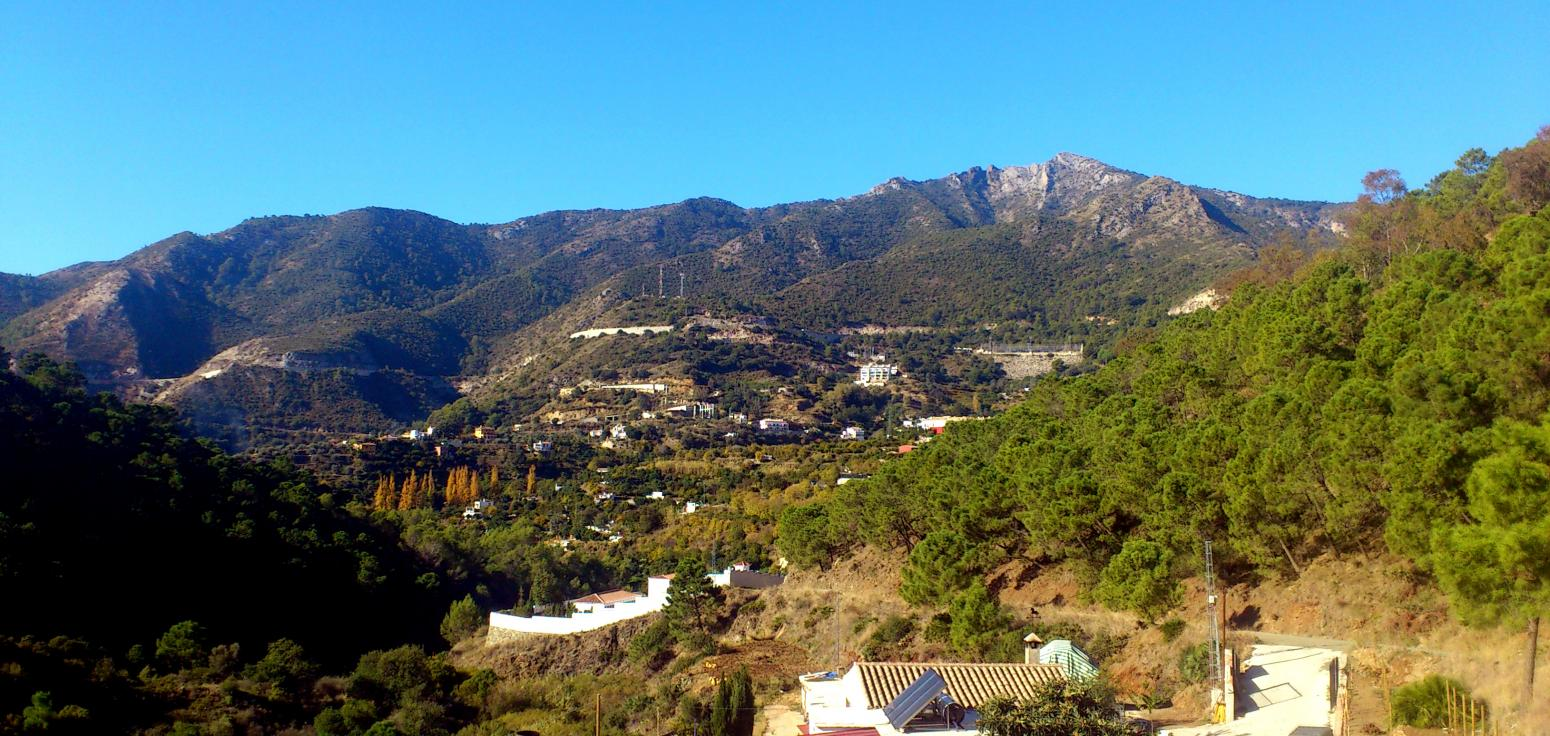 Imagen de GR 249. Stage 32. Ojén - Mijas. Sierra Blanca from the walk with the houses and gardens of Ojén