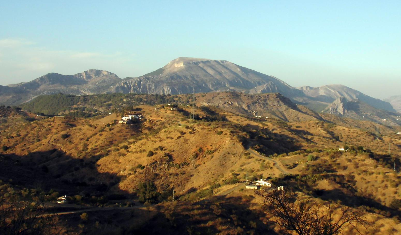 Imagen de GR 249. Stage 21. Estación de El Chorro (Álora) - Carratraca - Ardales. The slopes of Las Viñas which you have already travelled along, and the ridge of the Huma mountains in the background