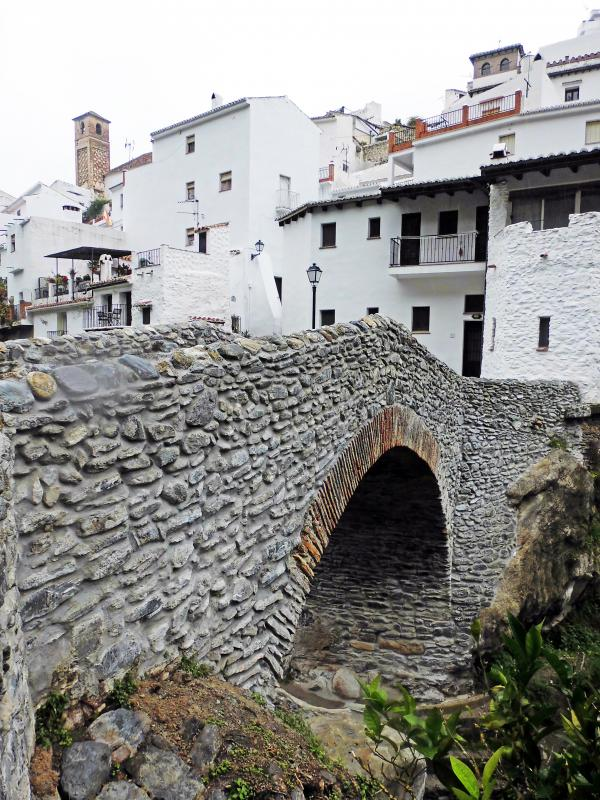 GR 249. Stage 07. Cómpeta - Canillas de Aceituno. The entrance to Salares with its bridge and the tower